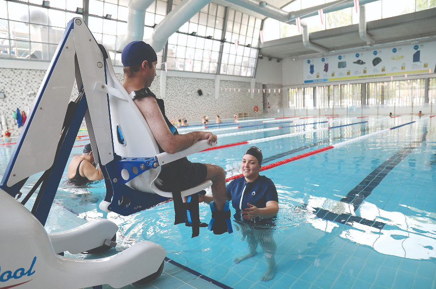 Una staffetta di solidariet per acquistare un sollevatore for Gadget da piscina