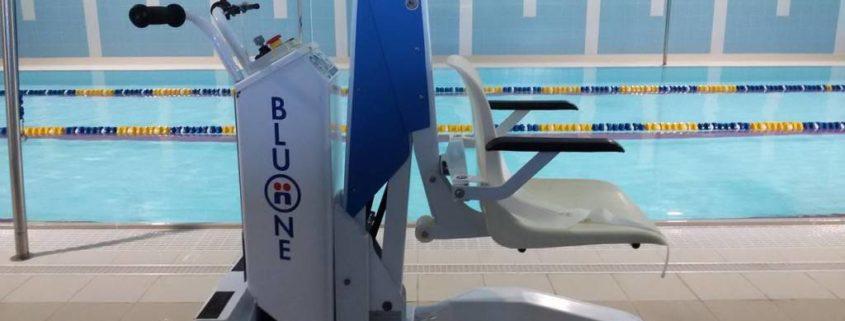 Un sollevatore per disabili nella piscina della fabbrica - Sollevatore piscina per disabili ...