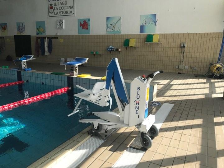 Un sollevatore per disabili alla piscina di massarosa - Sollevatore piscina per disabili ...